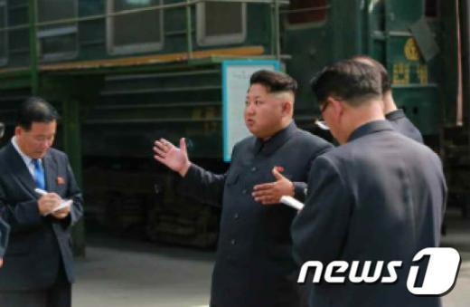 [사진]북한 김정은, 전기기관차연합기술소 현지지도 나서