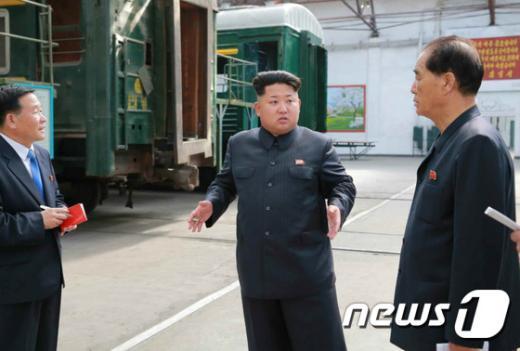 [사진]北 김정은, 김종태전기기관차연합기업소 현지지도