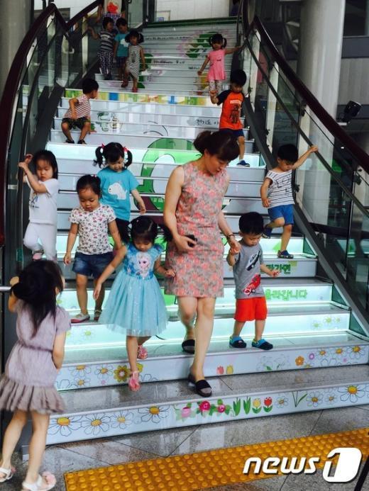 도봉구청에 설치돼 인기를 끌고 있는 둘리 계단(도봉구 제공)© News1
