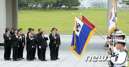 [사진]국민의례하는 정의당 신임 지도부