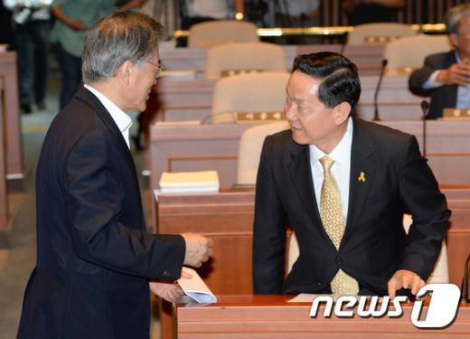 [사진]문재인-김상곤 '의총 대화'