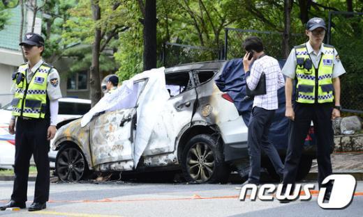 [사진]감사원 앞 차량 불에 타...운전자 1명 숨져