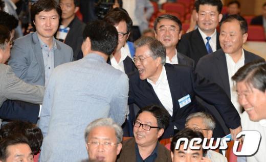 [사진]당원들과 인사하는 문재인 대표