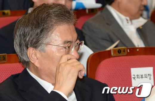 [사진]문재인 대표 '혁신안 고심'