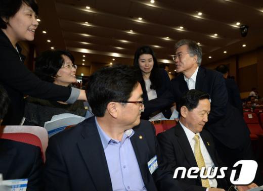 [사진]혁신위원들과 인사하는 문재인 대표