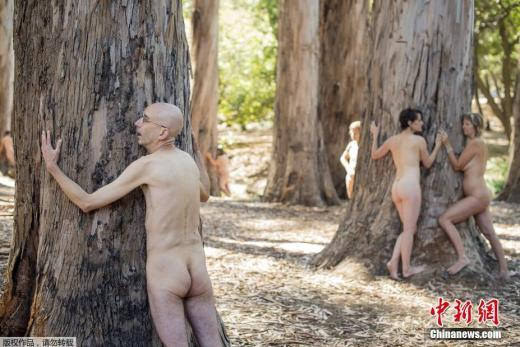 美 환경보호 운동가들 벌목 반대 나체 시위