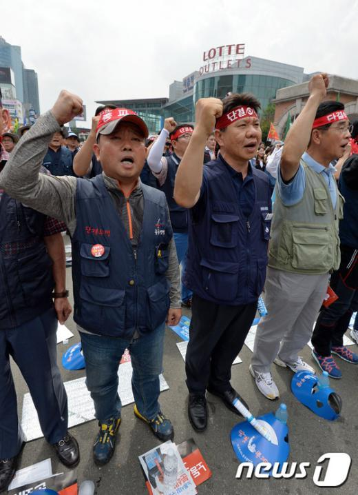 [사진]구호 외치는 한국노총 노조원들