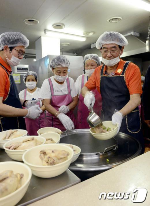 [사진]삼계탕 배식하는 박원순 서울시장