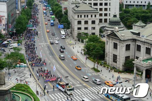 [사진]총력투쟁 결의대회 갖고 행진하는 한국노총