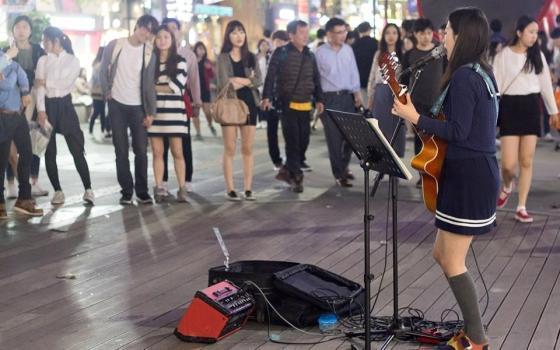 지난 4월 첫 디지털 싱글앨범 '스턱'을 낸 싱어송라이터 UZA(본명 오한솔)이 서울 서대문구 신촌에서 버스킹을 하고 있다./ 사진제공=UZA 페이스북