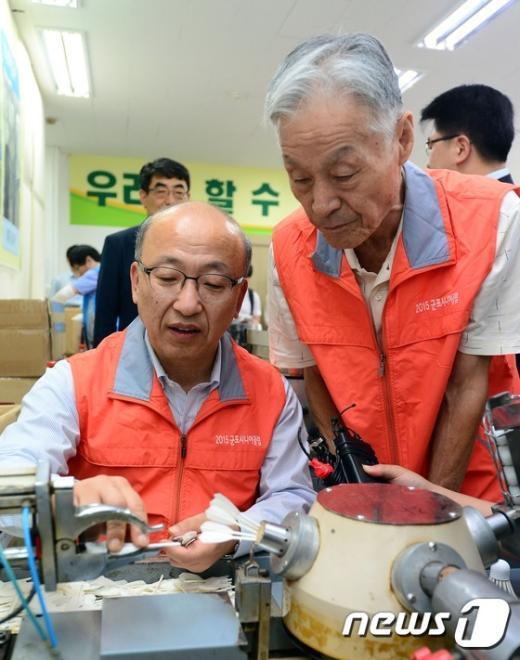 [사진]노인 일자리 사업 현장 체험나선 문형표 장관