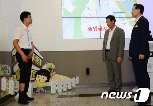 [사진]위치추적관제센터 방문한 김현웅 장관
