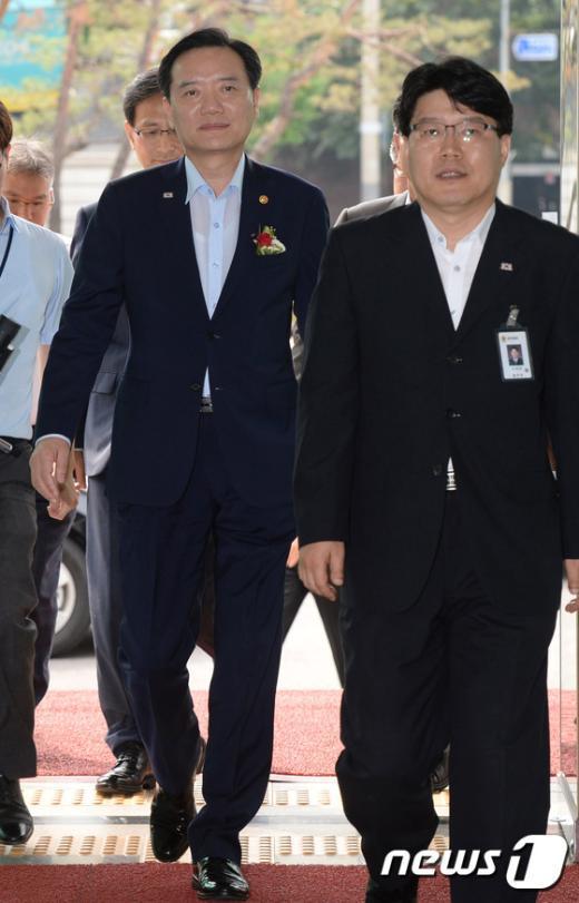 [사진]위치추적중앙관제센터 들어서는 김현웅 장관