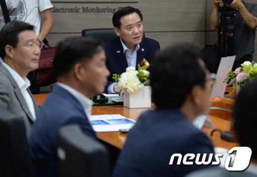 [사진]위치추적관제센터 업무보고 받은 김현웅 장관