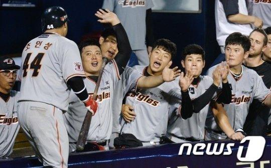 조인성의 투런포에 기뻐하는 한화 동료들. /사진=뉴스1<br /> <br />