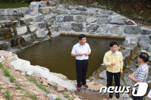 [사진]사방댐 현장 점검하는 신원섭 산림청장