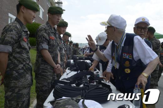 [사진]'해병대 앞엔 북한군 꼼짝도 못하겠네'