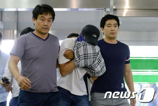 26일 오후 서울 서초경찰서로 이송되고 있는 새마을금고 강도 피의자 최모(53)씨. /뉴스1 © News1 박지혜 기자