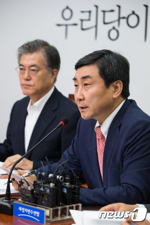 [사진]정부 일자리 정책 비판하는 이종걸 새정치 원내대표