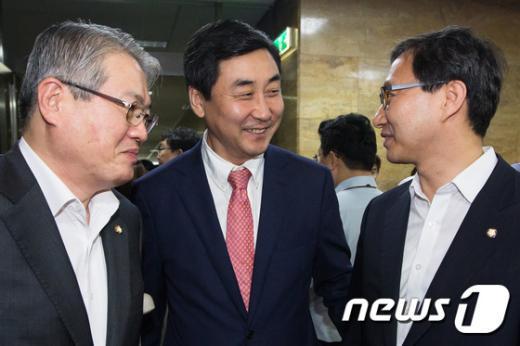 [사진]김용익-김성주 간사 격려하는 이종걸 원내대표