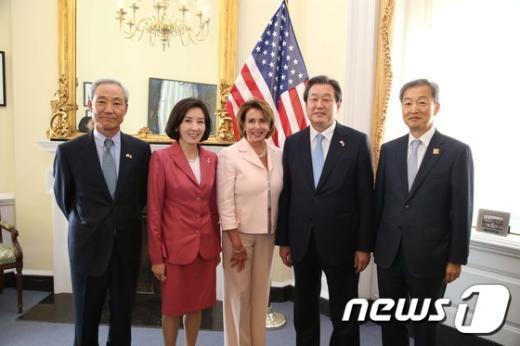 [사진]기념촬영하는 김무성 대표