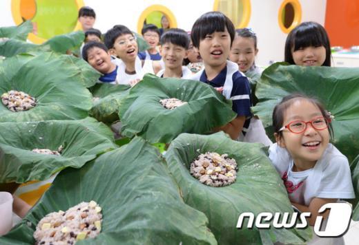 [사진]고사리 손으로 만든 연잎밥