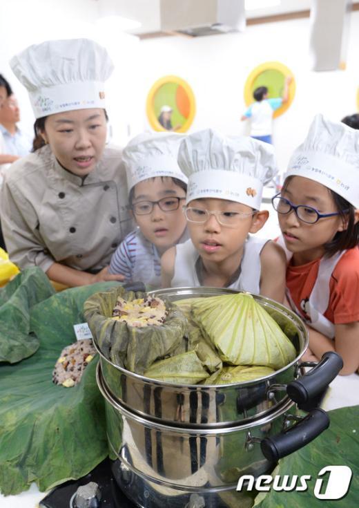[사진]'직접 만든 연잎밥 신기해요'