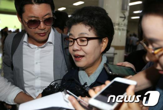 [사진]위안부 발언 논란 박근령 입국
