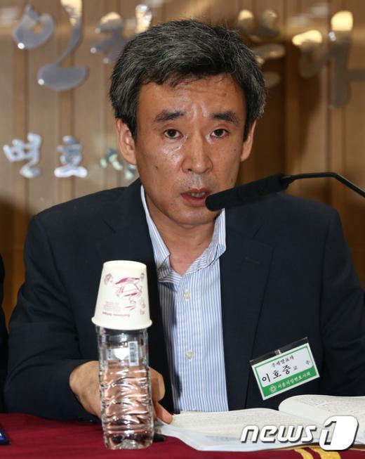 [사진]이호중 교수 '정보기관의 정보 수집은 명백한 불법'