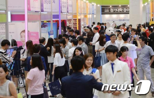 30일 오전 서울 강남구 삼성동 코엑스에서 열린 2015 대한민국 전문대학 엑스포를 찾은 학생들이 각 학교별 부스를 돌며 진로를 고민하고 있다. © News1 박정호 기자