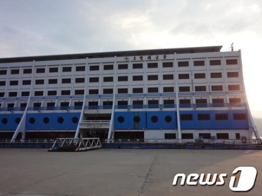 금강산 관광지구 내 위치한 해금강 호텔 전경. 2013.07.30/뉴스1 © News1