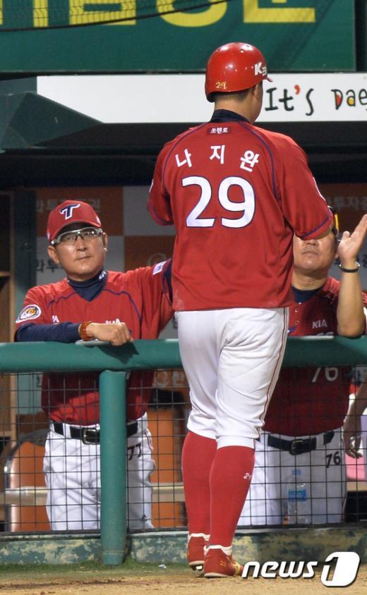 [사진]김기태 감독, '3점 홈런 잘했어'
