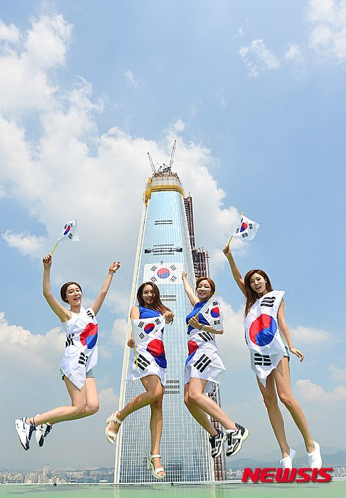 롯데그룹이 서울 잠실 롯데월드타워(제2롯데월드)에 부착한 초대형 태극기. /사진=뉴시스