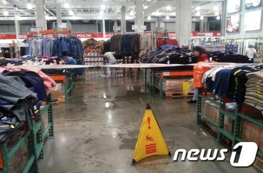 [사진]폭우에 빗물 들어찬 코스트코 매장