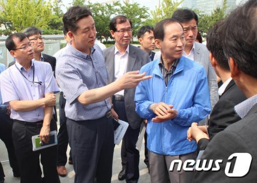 [사진]윤성규 장관, 유증기 회수시설 점검