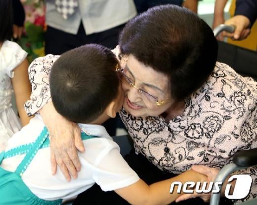 [사진]아이 안아주는 이희호 여사