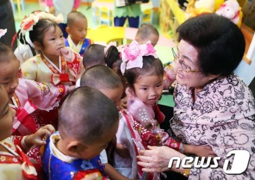 [사진]평양 육아원 방문한 이희호 여사