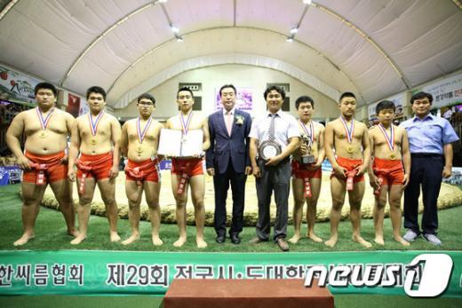 [사진]중등부 단체전 우승 차지한 진주남중학교 선수단