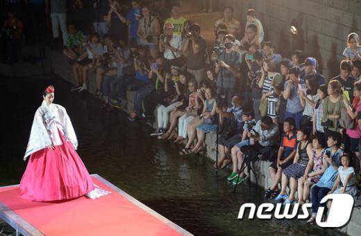 [사진]수변무대에서 펼쳐지는 한복 패션쇼