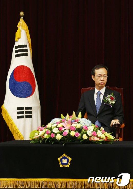 [사진]강형주 신임 법원장 '경건한 마음으로'