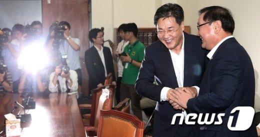 [사진]반갑게 인사하는 정개특위 여야간사