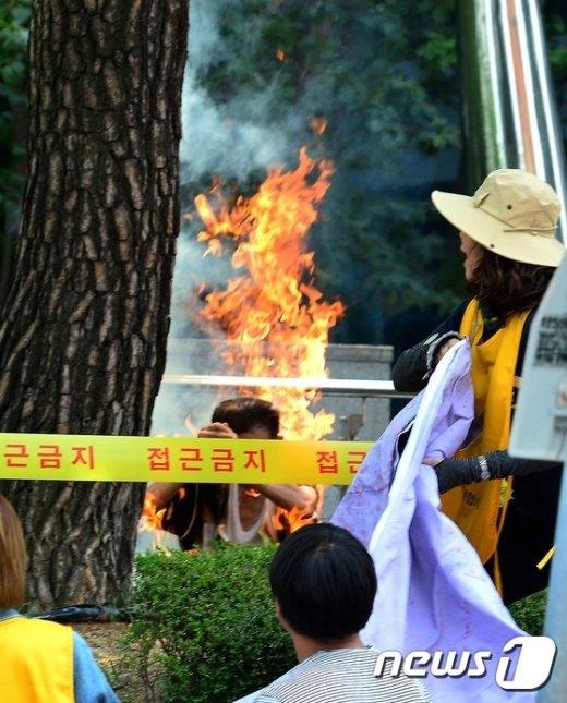 [사진]일본대사관 앞 분신 현장