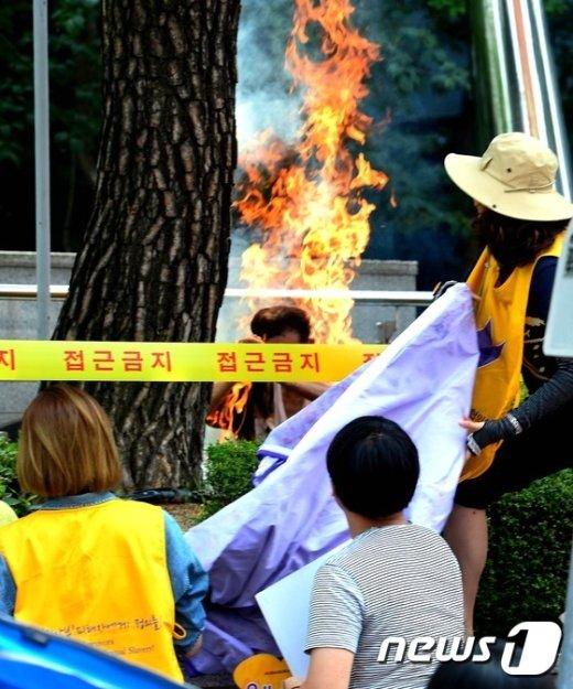 [사진]수요집회 분신 현장 '긴박한 순간'
