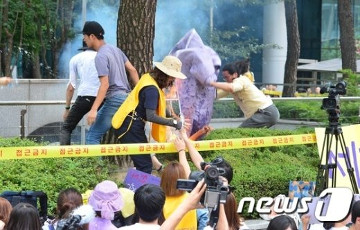 [사진]정대협 수요집회에서 80대 노인 분신 '아수라장'
