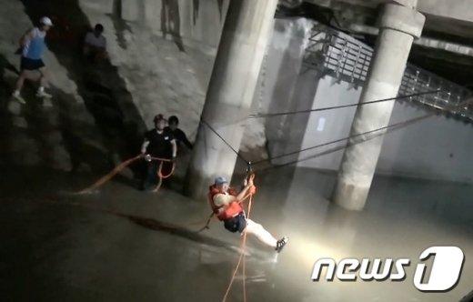 [사진]도림천에서 구조되는 시민