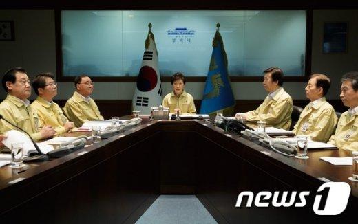 박근혜 대통령이 19일 청와대 국가위기관리상황실에서 2014년 을지 국가안전보장회의(NSC)를 주재 했다. (청와대 제공) 2014.8.19/뉴스1 © News1
