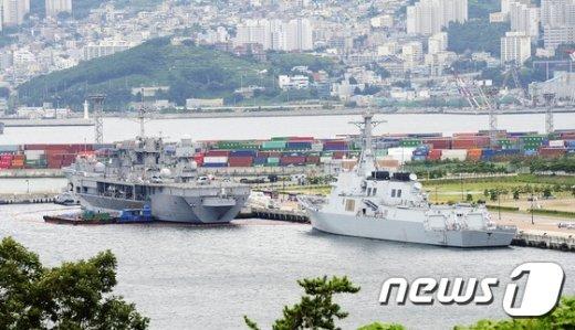 지난해 8월  미 해군 7함대 지휘함인 블루리지함(왼쪽)과 세종대왕함(오른쪽)이  2014 한·미 연합군사훈련인 을지프리덤가디언(UFG)연습을 위해 해군작전사령부에 입항을 하고 있다. /뉴스1 © News1