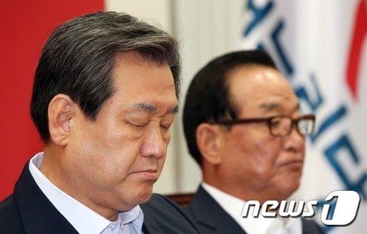 [사진]김무성 '눈 질끈 감고'