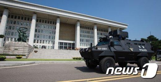 [사진]국회에 나타난 장갑차