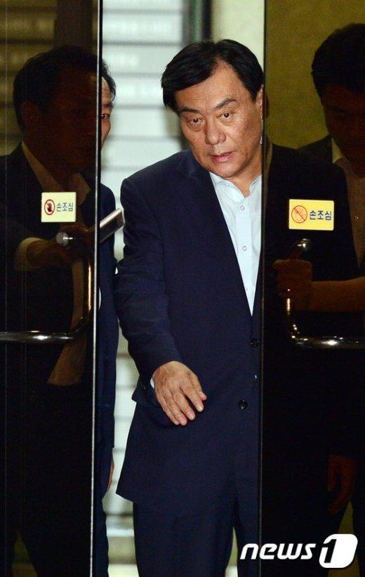 [사진]검찰을 나서 구치소로 향하는 박기춘 의원